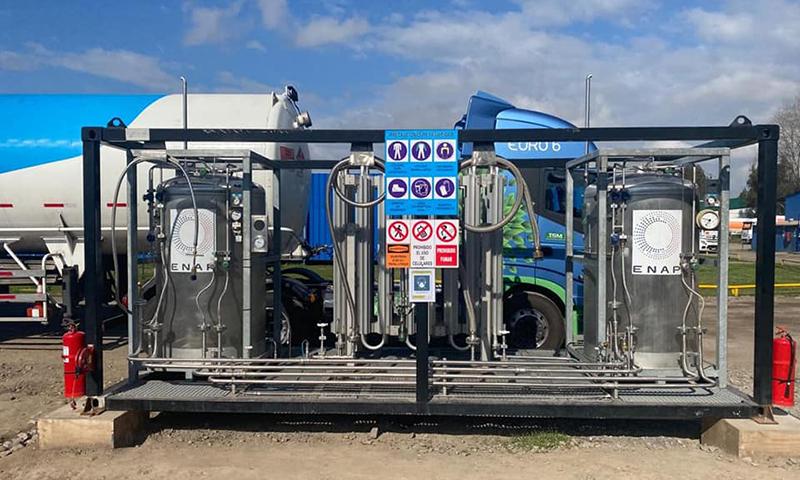 Autoridades de Energía visitan estación de carga que utiliza gas natural licuado