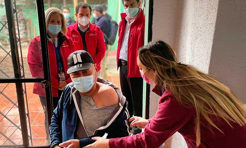 Vacunan a personas en situación de calle de Albergue Protege de Rancagua